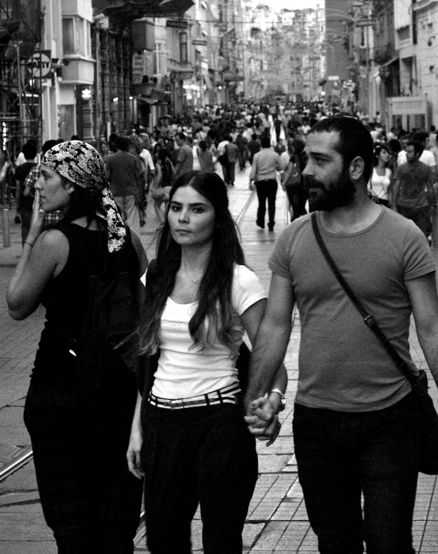 2011 - Lost girl and copule walking - Istambul, Turkey